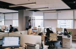 Comment atténuer l'impact du son dans un bâtiment qui fait de l'écho ?